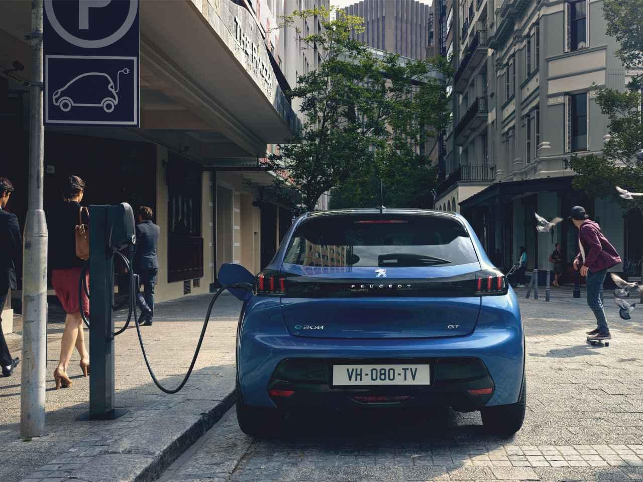 Peugeot 208 2019 cargándose en la calle