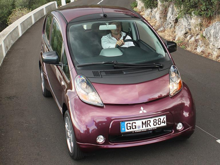 vista frontal mitsubishi i-miev movimiento