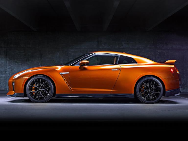 Lateral Nissan GT-R