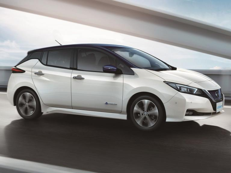 vista frontal nissan leaf movimiento
